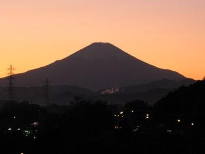 寳泉寺から見た、夕焼けの富士山